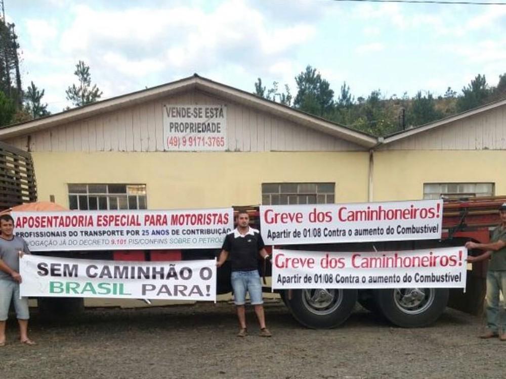 Manifestantes impedem a passagem de caminhões na BR-116 em Santa Interdição ocorre ambos sentidos no km 133 nesta terça-feira (1).