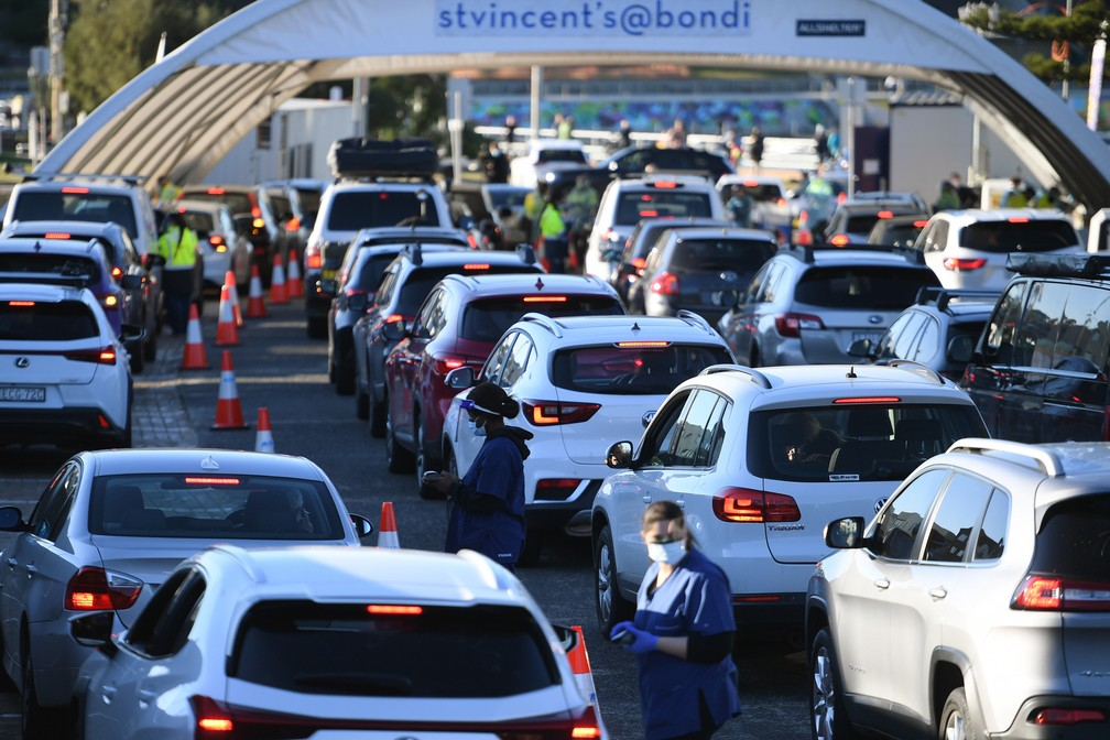 Pessoas fazem fila em seus carros para fazer teste de Covid-19 em Bondi Beach, Sydney, em 25 de junho de 2021 — Foto: Dean Lewins/AAP via AP