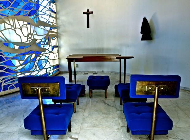 A capela tem piso em mármore branco e painel curvo em vidro transparente e colorido, de Mariane Peretti, que também projetou o conjunto de vitrais da Catedral de Brasília (Foto: Ichiro Guerra/Reprodução)