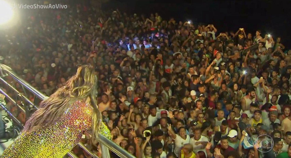 Ivete Sangalo faz show para multidão em Salvador (Foto: TV Globo)
