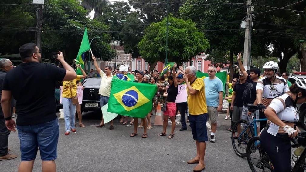 Manifestantes fazem ato em defesa da Lava Jato na Praça da República, em Belém  — Foto: Jurandir Rodrigues/TV Liberal