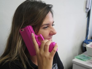 Capinha do celular da investigadora é em formato de arma (Foto: Mariane Rossi/G1)