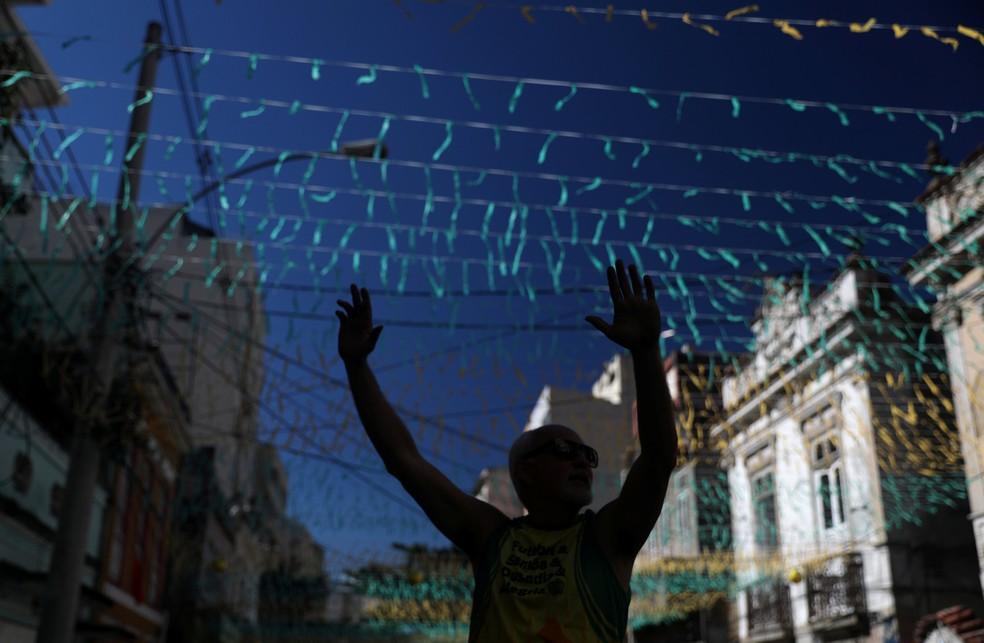 As fitinhas nas cores verde e amarelo tomaram conta do alto desta rua no Rio de Janeiro (Foto: Pilar Olivares/Reuters)