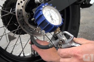 manutenção pneu moto (Foto: G1)