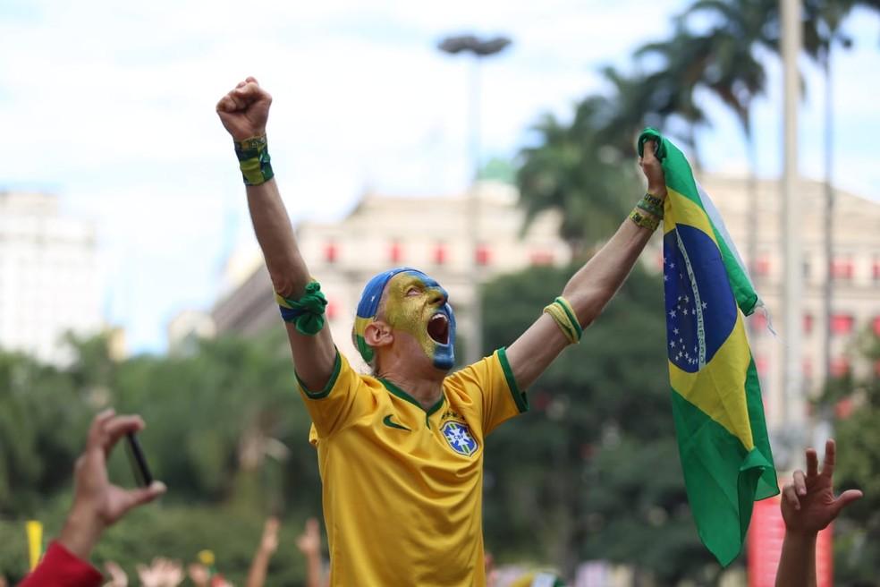 Torcedor comemora vitória do Brasil no Anhangabaú nesta sexta (Foto: Fábio Tito/G1)