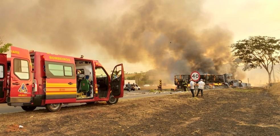 Corpo de Bombeiros apagou o fogo que atingiu os dois veículos em Olímpia — Foto: Arquivo Pessoal