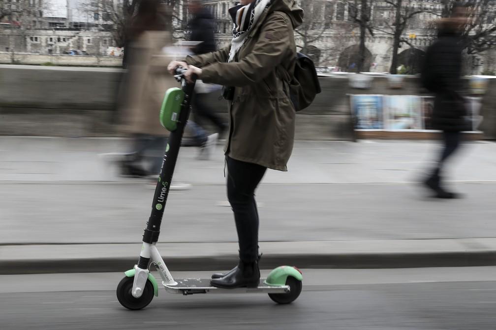 Usuária de patinete em Paris — Foto: Kenzo Tribouillard / Afp