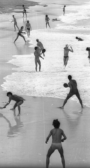 Frescobol na Praia do Diabo, em 1975