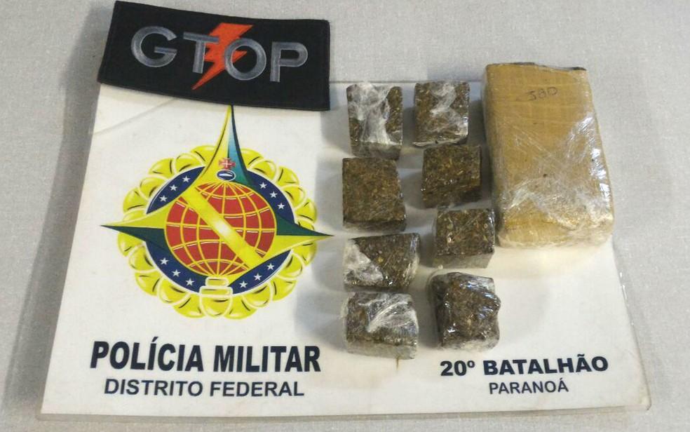 Porções de maconha encontradas dentro da casa de suspeito de tráfico de drogas no Paranoá, no Distrito Federal (Foto: Polícia Militar/Divulgação)