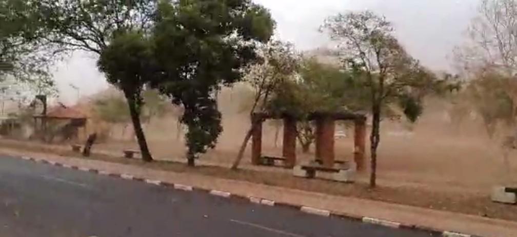 Tempestade de poeira atingiu Presidente Prudente (SP) na tarde desta sexta-feira (1º) — Foto: Gelson Netto/g1