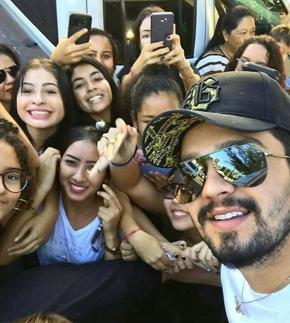 Luan Santana tirou fotos com fãs no Porto Geral de Corumbá — Foto: Redes Sociais/Reprodução