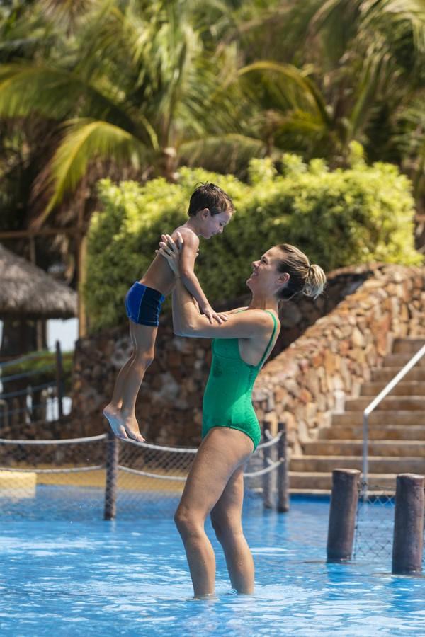 Thaís Pacholek curte parque aquático com o filho no Ceará (Foto: Igor de Melo/Divulgação)