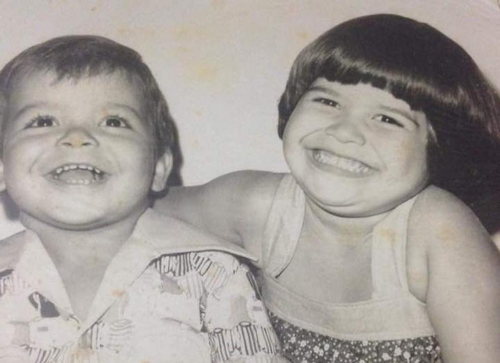 Marcus Biju com a irmã, Flavia, aos 3 anos. — Foto: Arquivo Pessoal