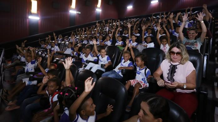 Resultado de imagem para crianças de escola publica no cinema