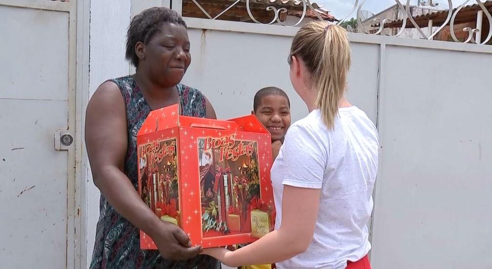 A pensionista Simone Pereira recebeu várias cestas de Natal após seu ato de honestidade ficar conhecido no país — Foto: TV TEM/Reprodução