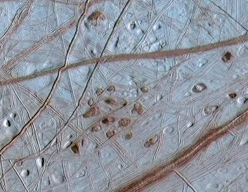 """Sardas rosadas"" características da Europa, lua de Júpiter (Foto: NASA/JPL/University of Arizona/University of Colorado)"