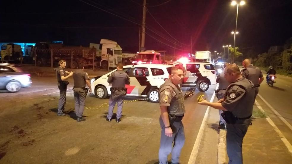 Corpo já foi removido do local. Trânsito da Via Perimetral foi desviado para uma rua da Ponte Grande — Foto: William Tanida / TV Diário