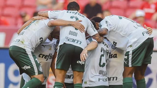 Jogadores do Palmeiras comemoram o gol de empate