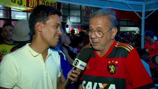 """Pai de Diego Souza vai a jogo do Sport e revela desejo: """"Torço muito que ele volte"""""""