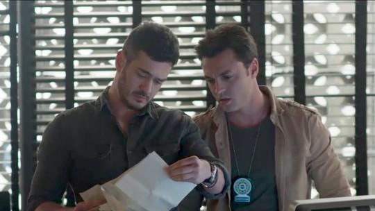 Domênico encontra documento suspeito na pasta de Eric