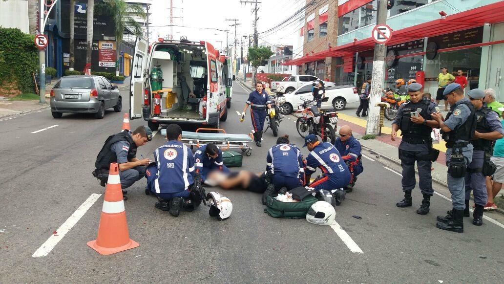 Casal fica ferido após colisão entre moto e carro em cruzamento no Vieiralves, em Manaus