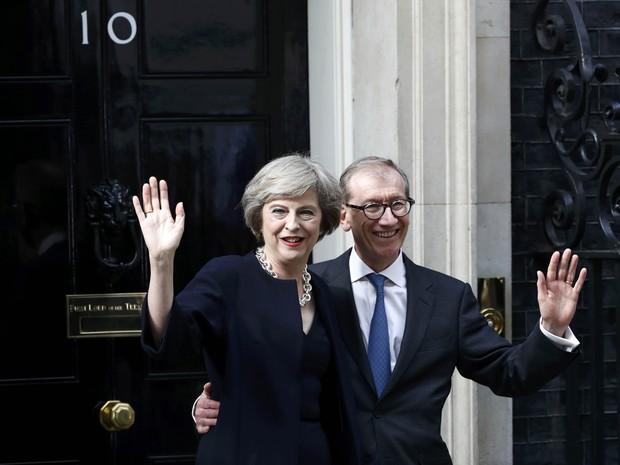Theresa May acena com o marido Philip diante da residência oficial de Downing Street (Foto: Reuters/Stefan Wermuth)