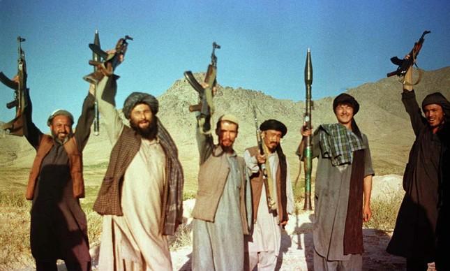 Guerreiros do Talibã celebram e exibem suas armas, em agosto de 1998