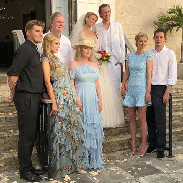 Os noivos posam para retrato de família (Foto: Reprodução/Instagram)