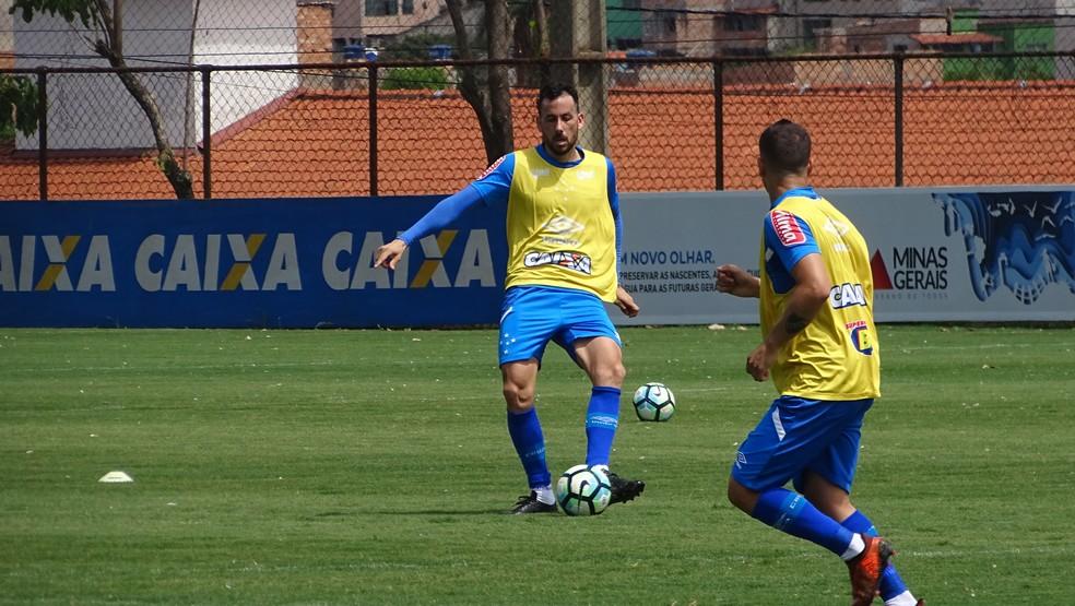 Cabral treina com companheiros e bola pela primeira vez depois da cirurgia (Foto: Maurício Paulucci)