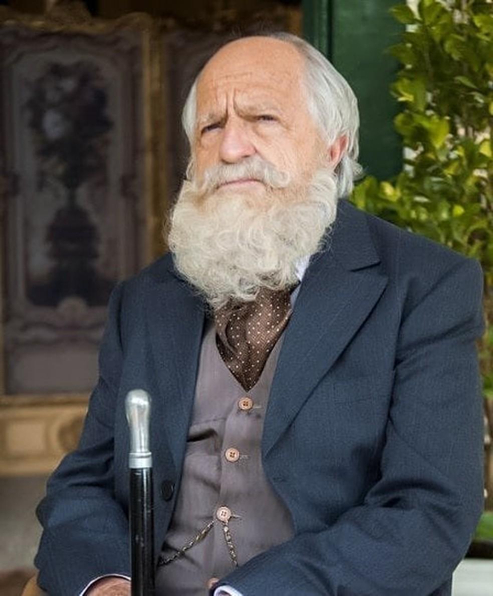 Afrânio, personagem de Ary Fontoura, é exótico e dominador. Ele é avô de Ema (Foto: TV Globo)