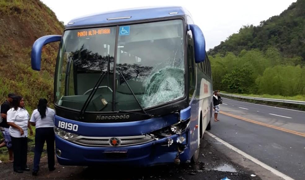 Passageiro que estava em outro ônibus desceu para socorrer e registrou o local do acidente. — Foto: Mailson Carvalho/ VC no ESTV