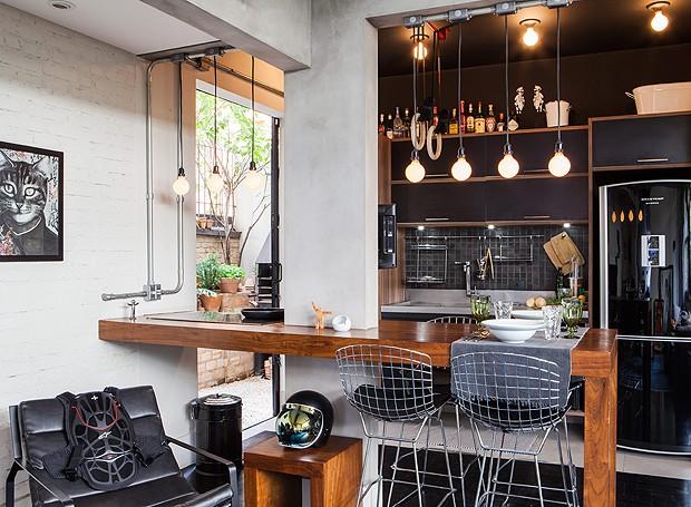 Iluminação é tudo! Neste projeto do arquiteto Renato Mendonça, a cozinha americana ganhou muito mais graça com lâmpadas penduradas e alguns spots. Mais moderno, impossível! (Foto: Lufe Gomes/Editora Globo)