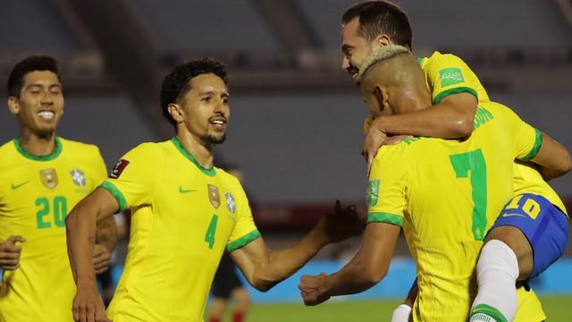 Richarlison celebra: Brasil vence o Uruguai fora de casa