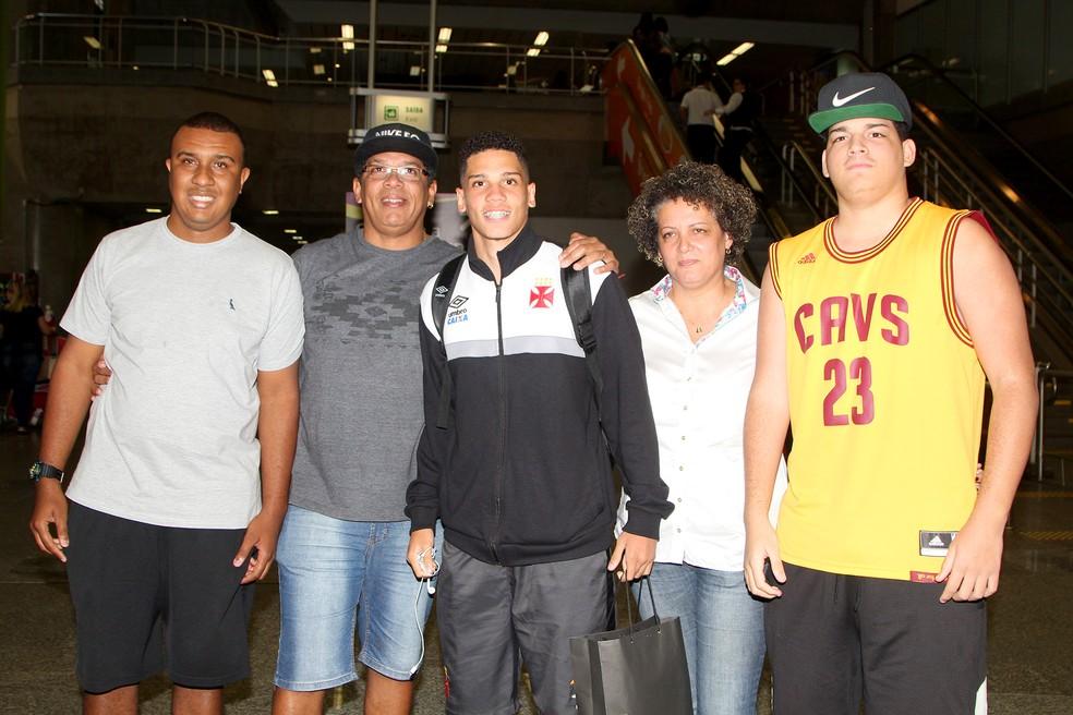 Paulinho com os irmãos Pablo e Romário (nas pontas), o pai Paulo Henrique, e a mãe, Ana Cristina (Foto: Paulo Fernandes/Vasco)