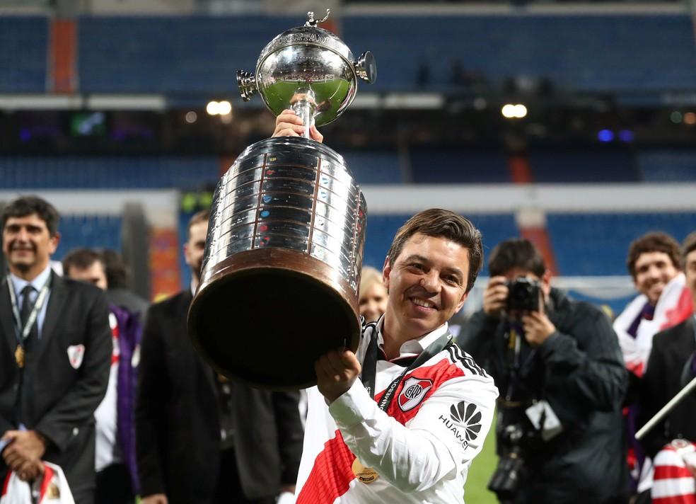 Técnico do River Plate, Marcelo Gallardo mostra a Taça Libertadores — Foto: Reuters