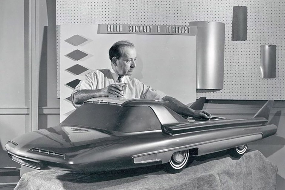 O protótipo do carro movido a energia solar e o idealizador do design do projeto, Jim Powers (Foto: arquivo)
