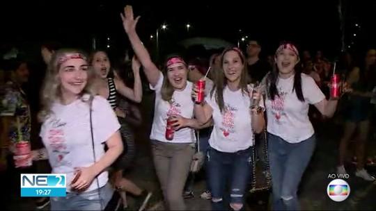 Fãs de Sandy e Júnior fazem fila para show que estreia turnê da dupla em Pernambuco