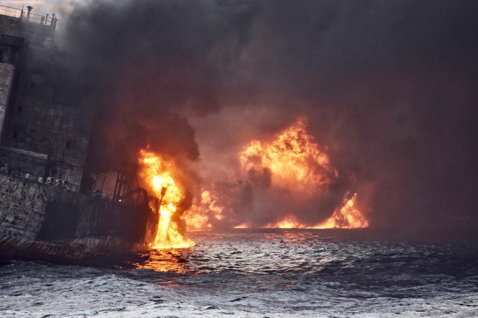 -  O petroleiro iraniano  Sanchi  é visto em chamas no mar da costa leste da China neste sábado  13   Foto: China Daily/via Reuters