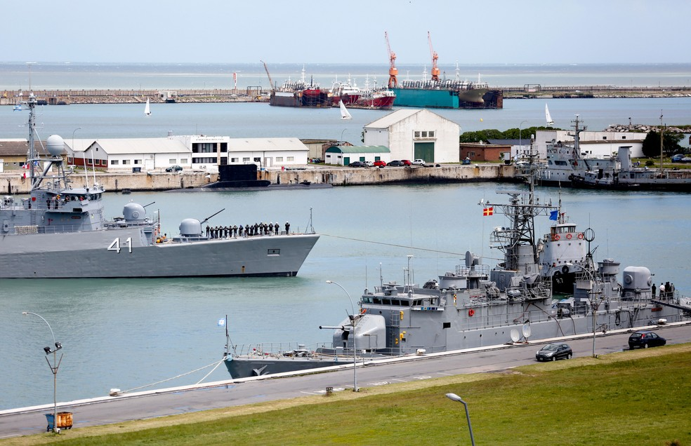 Navio argentino Comandante Espora, na base naval de Mar del Plata, na Argentina, é utilizado na busca por submarino desaparecido, em imagem de 18 de novembro (Foto: Vicente Robles/ AP)