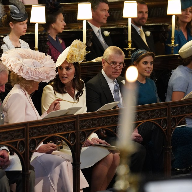 WINDSOR, UNITED KINGDOM - MAY 19:  (L-R) Prince Charles, Prince of Wales, Camilla, Duchess of Cornwall, Catherine, Duchess of Cambridge, Prince Andrew, Duke of York and Princess Beatrice attend the wedding of Prince Harry and Meghan Markle in St George's  (Foto: Getty Images)
