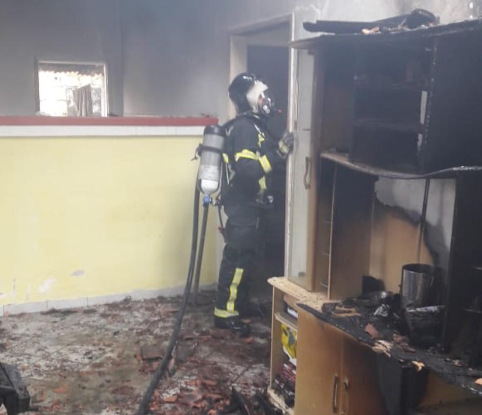 Imóvel fica destruído após incêndio em Porto Seguro — Foto: Divulgação/Corpo de Bombeiros