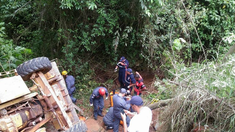 Máquina caiu em lugar de difícil acesso em Três Corações (MG) (Foto: Corpo de Bombeiros)