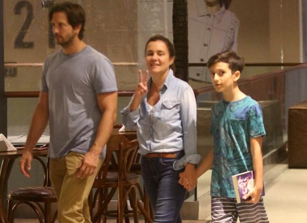 Vladimir Brichta, Adriana Esteves e Vicente (Foto: AgNews)