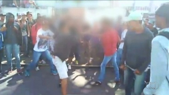 Estudantes brigam em frente a escola de Catalão; veja vídeo