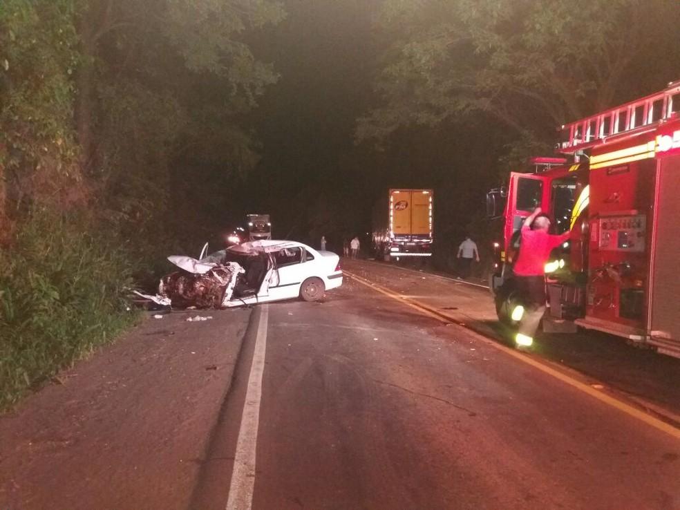 Caminhão e carro bateram de frente na BR-282 (Foto: PRF/Divulgação)