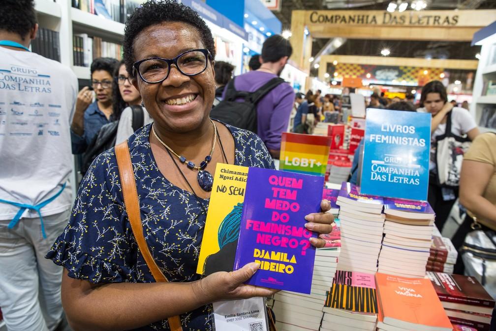 -  A professora Emilia Santana Lima fez questão de comprar livros de autoras negras na Bienal do Livro de SP  Foto: Fábio Tito/G1