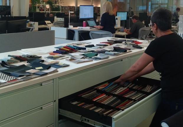 Laboratório de criação no meio do escritório da Herman Miller. Ao fundo, é possível ver funcionária trabalhando em mesa de altura reclinável (Foto: Época NEGÓCIOS)