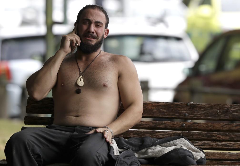 Homem chora ao falar no telefone depois de ataque a mesquitas em Christchurch, na Nova Zelândia  — Foto: Mark Baker/AP