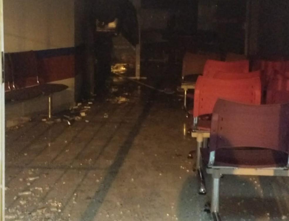 Dentro da agência, bandidos explodiram um dos caixas  — Foto: PM/Divulgação