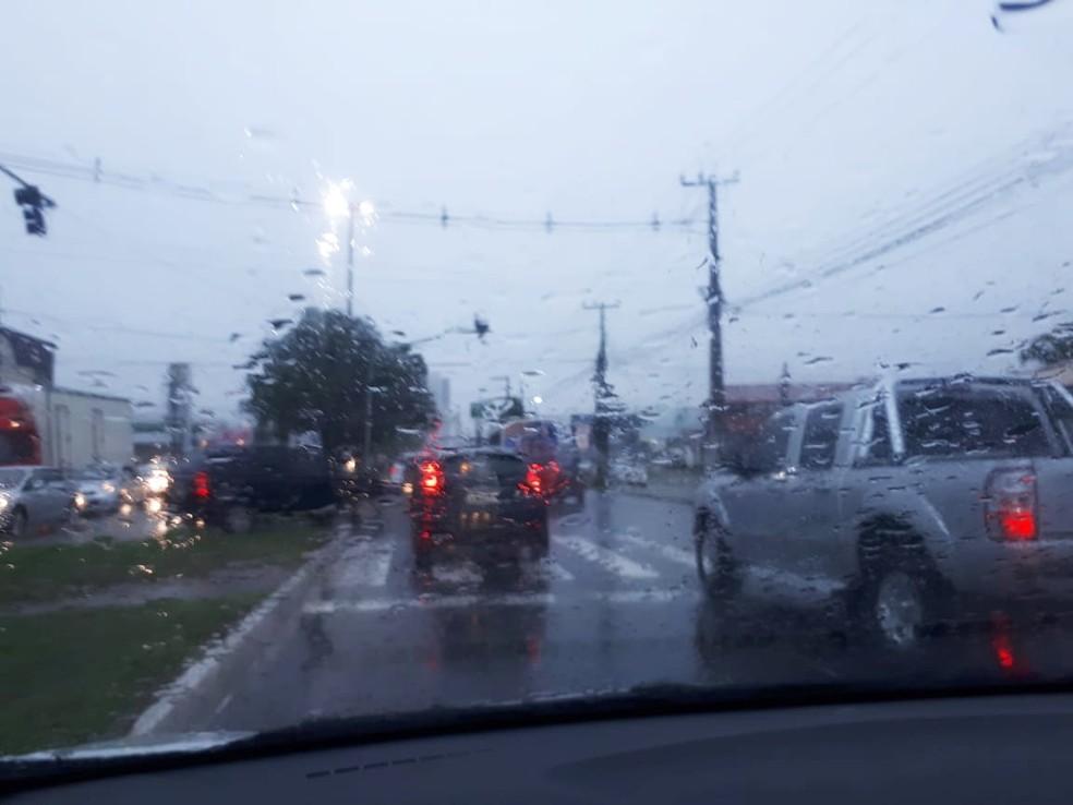 Chuva causou pane em sinais de trânsito e deixou o tráfego de veículos complicado nas principais avenidas da cidade — Foto: Fernanda Zauli/G1